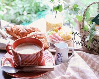 クロワッサンの朝ごはんの写真・画像素材[1641025]