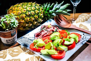 パイナップル,晩ごはん,ローストビーフ,夕飯,アボカドとトマトのサラダ