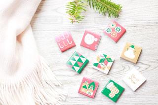 白いマフラーとクリスマスチョコの写真・画像素材[1682000]