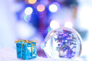 ガラス玉に映るクリスマスツリーの写真・画像素材[1691300]