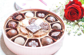 花,かすみ草,プレゼント,薔薇,洋菓子,チョコレート,バレンタインデー,ギフト,バレンタインチョコ,スィーツ,友チョコ,義理チョコ,本命チョコ,可愛いチョコレート,可愛いチョコ