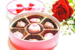 花,かすみ草,プレゼント,薔薇,洋菓子,チョコレート,甘い,バレンタインデー,ギフト,バレンタインチョコ,苺チョコ,スィーツ,友チョコ,義理チョコ,本命チョコ,いちごチョコ,可愛いチョコレート,可愛いチョコ