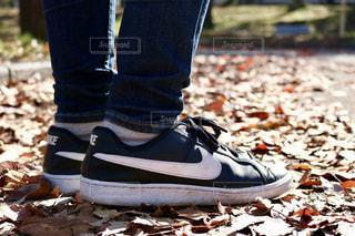 近くに青と赤の靴を履いて足のアップの写真・画像素材[1799435]