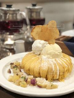 近くのテーブルの上に食べ物のプレートの写真・画像素材[1824788]