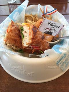 テーブルの上に食べ物のプレート - No.890911