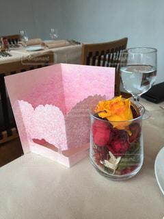 テーブルの上に食べ物のトレイ - No.899102