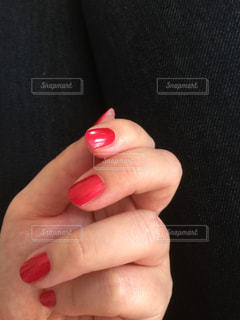 赤いオブジェクトを持っている手 - No.903464