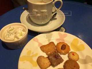 食品とコーヒーのカップのプレートの写真・画像素材[930420]