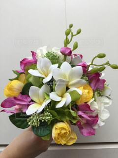 テーブルの上に花瓶の花の花束の写真・画像素材[939273]