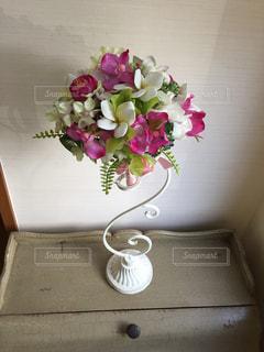 テーブルの上に花瓶の花の花束 - No.939282