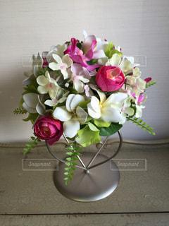 テーブルの上に花瓶の花の花束 - No.939287