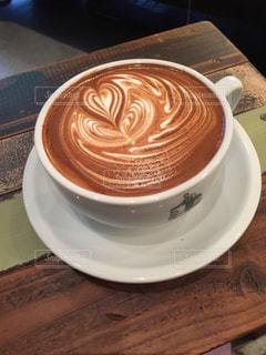 テーブルの上のコーヒー カップ - No.942797