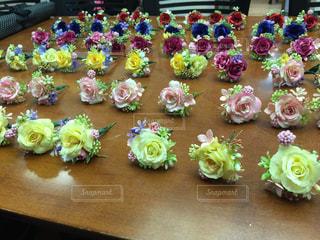 テーブルの上のピンクの花のグループの写真・画像素材[955066]