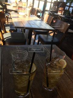 ダイニング ルームのテーブル ワインのグラスとの写真・画像素材[985879]