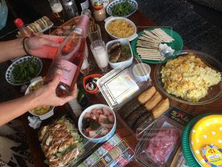 テーブルの上に食べ物のトレイの写真・画像素材[991169]