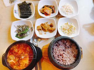種類の皿の上の食べ物がいっぱい入ったボールの写真・画像素材[872885]