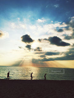水体の上空で雲のグループの写真・画像素材[976995]
