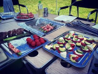 ピクニック用のテーブルの上に食べ物の写真・画像素材[1223085]