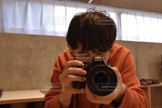 男性,20代,冬,カメラ,室内,男,撮影,一眼レフ,トレーナー