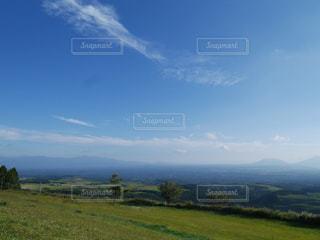 背景の山に大規模なグリーン フィールド - No.851247