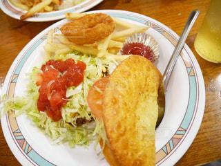 テーブルの上に食べ物のプレート - No.897415