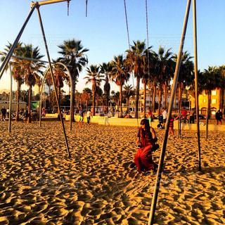 ベニスビーチでサンセットを眺めながら贅沢ブランコの写真・画像素材[1000750]