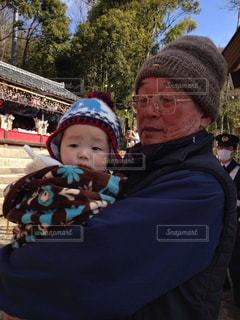 おじいちゃんと初詣の写真・画像素材[897830]
