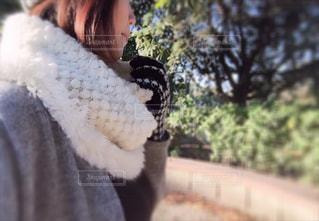 女性,公園,冬,帽子,ニット帽,手袋,スヌード,ほわほわ,防寒対策