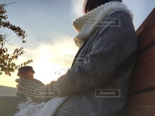 女性,公園,冬,夕方,手袋,スヌード,防寒対策