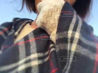 女性,冬,チェック,夕方,手袋,ポンチョ,防寒対策