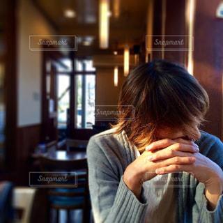 カフェの男性の写真・画像素材[887649]