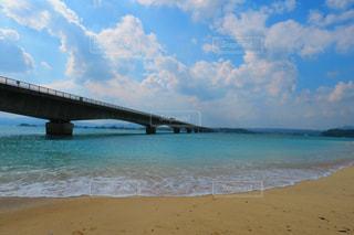 青い海にかかる橋の写真・画像素材[1053417]