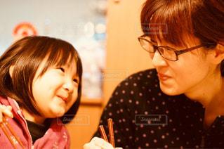 テーブルに座っている女性の写真・画像素材[840731]