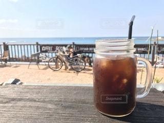 テーブルの上のビールのグラスの写真・画像素材[1015999]