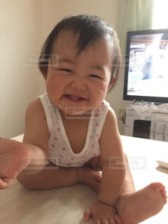 赤ん坊を保持している人の写真・画像素材[841518]