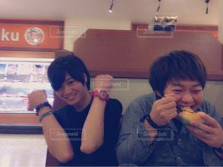 男と女の食事のテーブルに座っての写真・画像素材[847610]