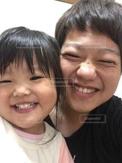 カメラに向かって笑みを浮かべて若い子の写真・画像素材[864272]