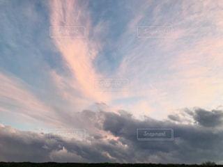 曇りの日に空の雲の写真・画像素材[1880252]