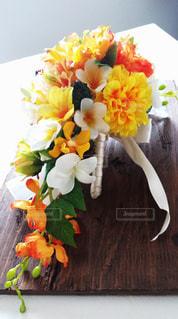 テーブルの上の花の花瓶の写真・画像素材[842328]