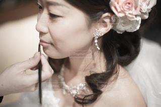 近くに女性の髪をかきあげるのアップの写真・画像素材[847463]