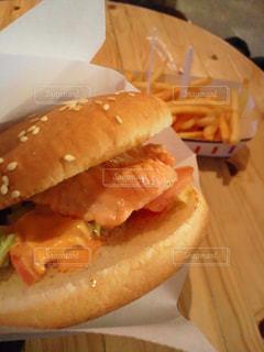 フライド ポテトとサンドイッチとパンのホットドッグの写真・画像素材[864674]
