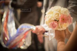 花を持っている人の写真・画像素材[888565]