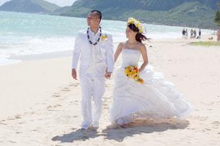 カメラにポーズのビーチに人々 のカップル - No.1230149