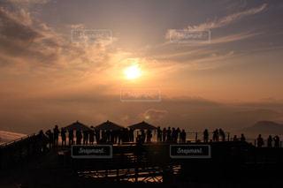 バック グラウンドで市と水体に沈む夕日の写真・画像素材[1290743]