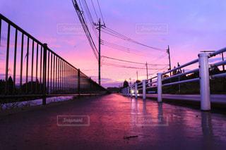 夕陽に照らされた田舎道の写真・画像素材[843356]