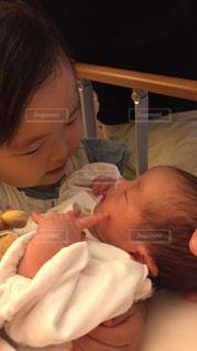 赤ちゃんを抱っこしているお姉ちゃん。の写真・画像素材[843041]