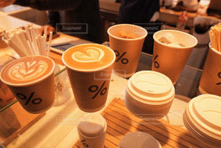 テーブルの上のコーヒー カップ - No.904256
