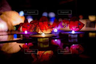 赤い光を持っている手の写真・画像素材[928838]