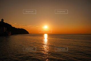 水の体に沈む夕日の写真・画像素材[956677]