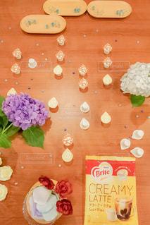 テーブルの上のケーキと木製のまな板の写真・画像素材[1248447]